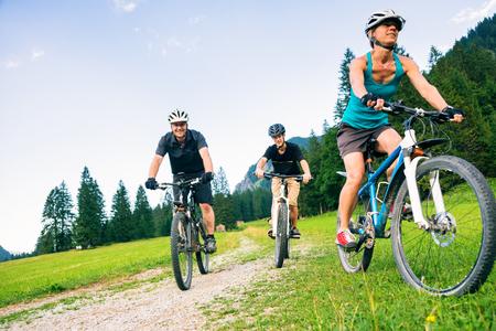 Foto de Family Of Three Cycling - Imagen libre de derechos