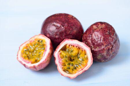 Foto de Fresh passion fruit, tropical and healthy fruit - Imagen libre de derechos