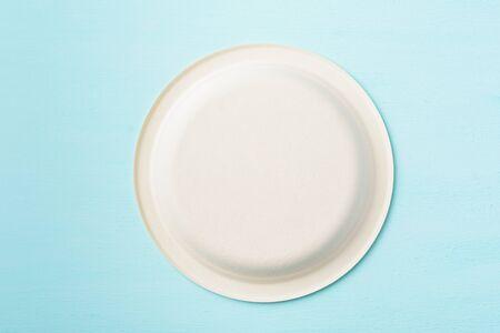 Photo pour Biodegradable plate, Compostable plate or Eco friendly disposable plate on pastel color background - image libre de droit