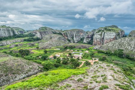Photo pour View at the mountains Pungo Andongo, Pedras Negras (black stones), huge geologic rock elements, in Malange, Angola - image libre de droit
