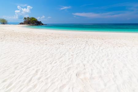 Foto de Paradise beach and the blue sky at Khai Island in Satun Province , Thailand - Imagen libre de derechos