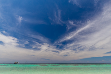 Photo pour Clear water and blue sky at the paradise island in the tropical sea of Thailand - image libre de droit