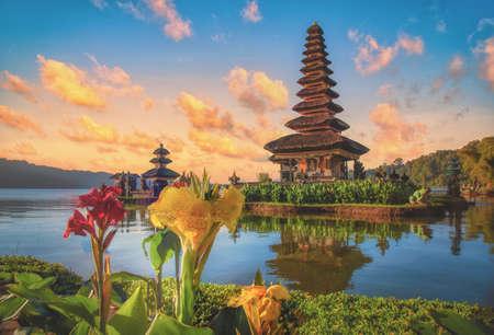 Photo pour Pura Ulun Danu Bratan, Hindu temple on Bratan lake landscape at sunrise in Bali, Indonesia. - image libre de droit