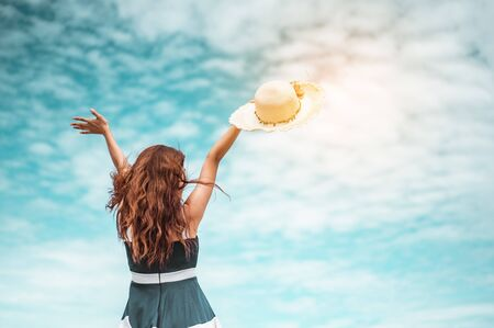 Photo pour Happy asian women with holding hat standing arms outstretched enjoy life on the beach vacation. beach, summer, liftstyle, positive mood, travel, relax concept. - image libre de droit