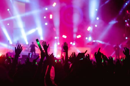 Foto de silhouettes of hand in concert.Light from the stage. - Imagen libre de derechos