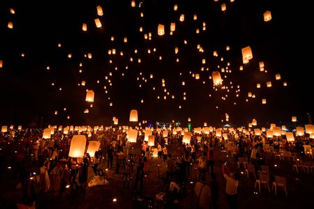 Photo pour Floating lanterns on sky in Loy Krathong Festival or Yeepeng Festival , traditional Lanna Buddhist ceremony in Chiang Mai, Thailand - image libre de droit