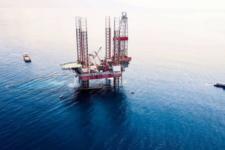 Photo pour Drilling platform in the port. Towing of the oil platform. - image libre de droit