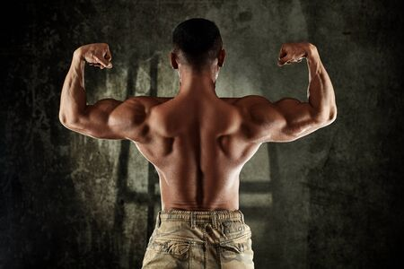 Photo pour Male bodybuilder with perfect back muscles. - image libre de droit