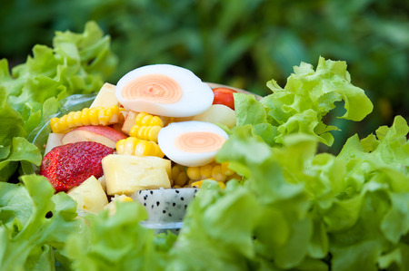 Foto für fruit salad on vegetables in Clear plastic box. Healthy food. - Lizenzfreies Bild