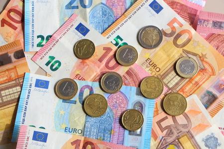 Photo pour Euro coins on banknotes of ten, twenty and fifty euros spread on a table - image libre de droit