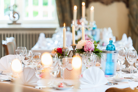 Photo pour wedding table decoration with candles and flowers - image libre de droit