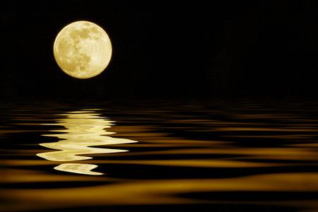 Photo pour yellow moon over sea reflection - image libre de droit