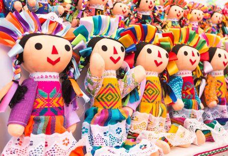 Photo pour Colorful mexican dolls in market Mexico - image libre de droit