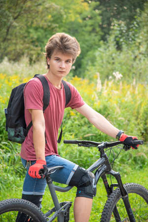Photo pour Russia, Moscow, September 2020. A seventeen-year-old boy rides a Bicycle in a public Park. - image libre de droit