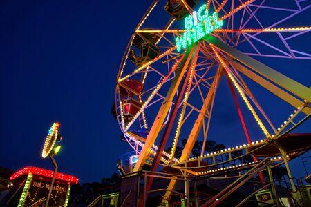 Photo pour Kyiv - Ukraine, Poshtova square, 13.08.2018: Ferris wheel attraction illuminated with colorful lights in motion. - image libre de droit