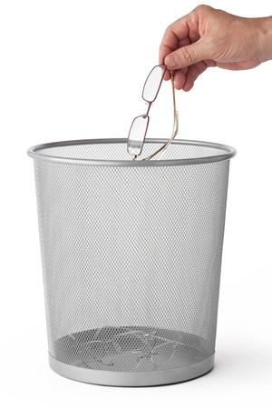 Photo pour Man throws glasses in the dustbin, isolated on white  - image libre de droit
