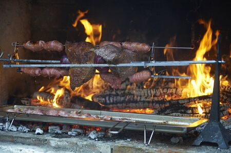 Photo pour grilled meat in an old barbecue, cooking over solid-fuels - image libre de droit
