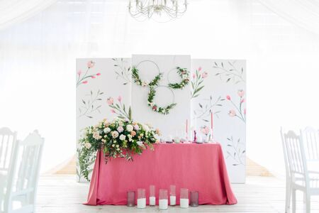 Foto de Wedding decor. Table for the newlyweds outdoor. Wedding reception. Elegant wedding table arrangement, floral decoration, restaurant. - Imagen libre de derechos