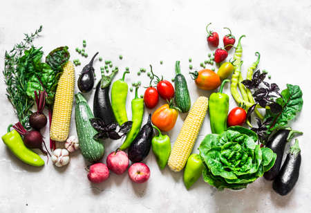 Foto für Summer harvest - fresh organic vegetables fruits background. Organic garden vegetables, berries, fruit on a light background, top view - Lizenzfreies Bild