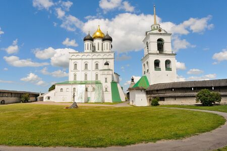Photo pour Side view of the Holy Trinity Cathedral and bell tower located inside the Pskov Krom (fort), Pskov, Russia - image libre de droit