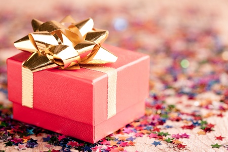 Photo pour Small red gift box closeup with gold bow special for jewelery - image libre de droit
