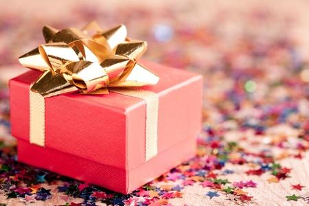 Foto de Small red gift box closeup with gold bow special for jewelery - Imagen libre de derechos