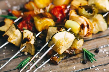 Photo pour Grilled vegetable skewers with herb marinade on the wooden board - image libre de droit