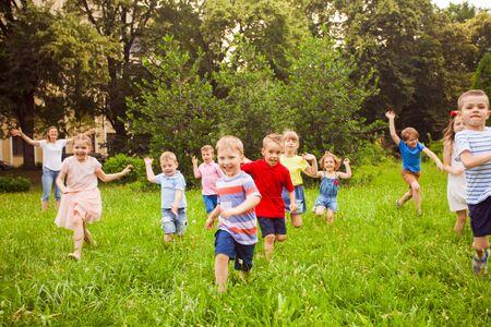 Photo pour Large group of kids running in the park - image libre de droit