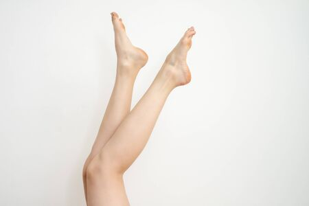 Photo pour Beautiful long female legs after epilation on white background. - image libre de droit