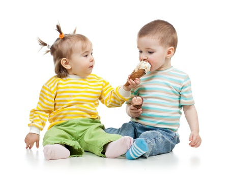Photo pour babies girl and boy eating ice cream together in studio isolated - image libre de droit