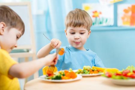 Photo pour children eating vegetables in kindergarten or at home - image libre de droit