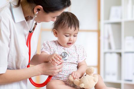 Photo pour pediatrician woman examining of baby kid in office - image libre de droit