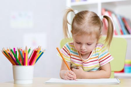 Photo pour Portrait of lovely girl drawing with colorful pencils - image libre de droit