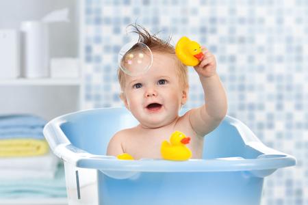 Foto de baby kid taking bath, looking upwards and playing - Imagen libre de derechos