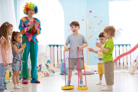 Photo pour happy children and clown on birthday party - image libre de droit