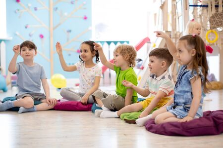 Foto de Preschool children on speech therapy lesson in kindergarten - Imagen libre de derechos
