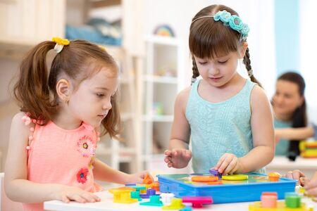 Foto de Preschool kids learning shapes, early education and daycare concept - Imagen libre de derechos