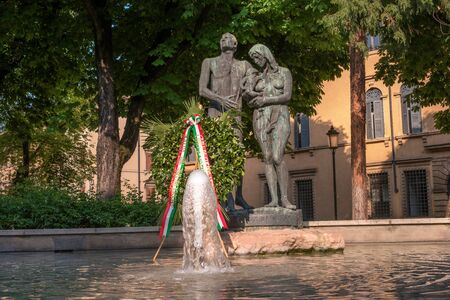 Foto per Venice, Italy - 06 May 2018: Fountain and monument - the figures of a man and a woman with a child - is dedicated to the people of Verona who died during the war. It is installed on Pradawal Square - Immagine Royalty Free