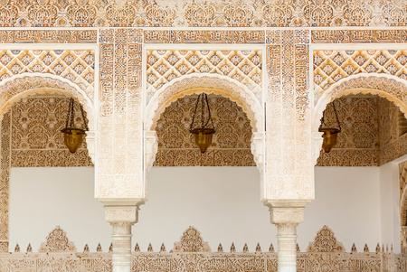 Photo pour Arches in Islamic Moorish style in Alhambra, Granada, Spain - image libre de droit