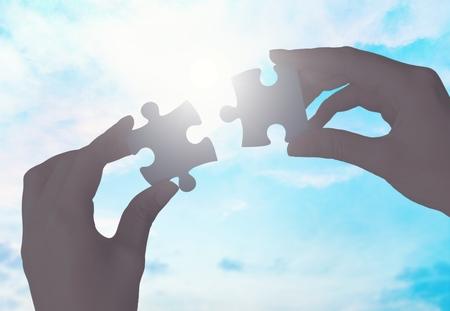 Photo pour Hands putting puzzle pieces - image libre de droit
