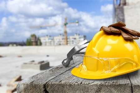 Photo pour Yellow hard hat and gloves on wooden table - image libre de droit