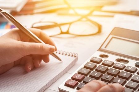 Foto für Woman hand working on calculator - Lizenzfreies Bild