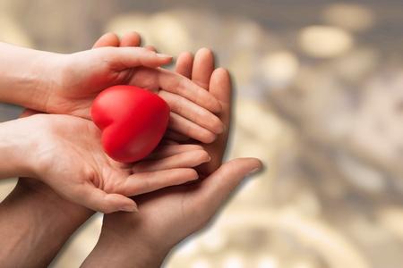 Foto de Couple hands with heart - Imagen libre de derechos