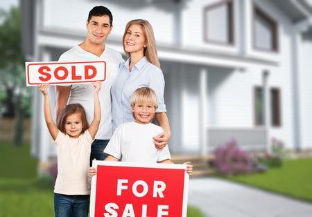 Photo pour Happy Family with for sale sign - image libre de droit