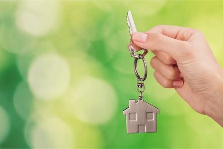 Photo pour Home key in house keychain on woman - image libre de droit