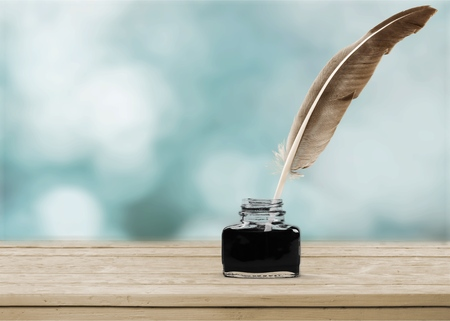 Photo pour Feather quill pen and glass inkwell isolated on a white background - image libre de droit