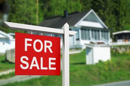 Photo pour Real estate sign in front of new - image libre de droit
