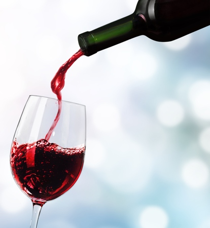 Photo pour Red wine pouring in glass isolated on white background - image libre de droit