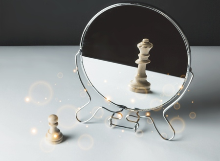 Photo pour Chess Pawn Looking in the Mirror and - image libre de droit