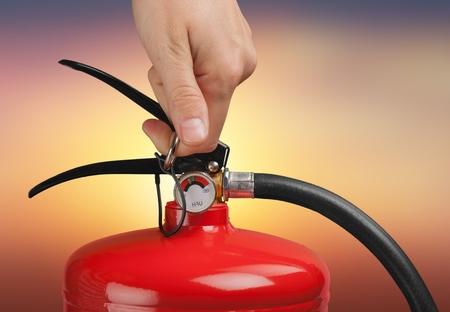 Photo pour Hand presses the trigger fire extinguisher hand - image libre de droit
